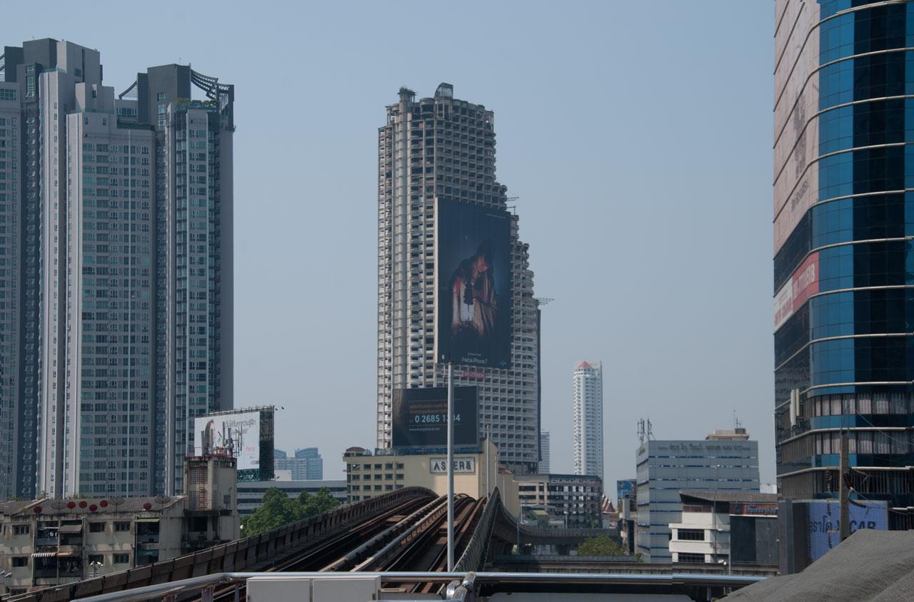 Blick vom Sky Train zum Sathorn Unique Tower Bangkok